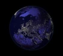 niebieska kula ziemska w nocy
