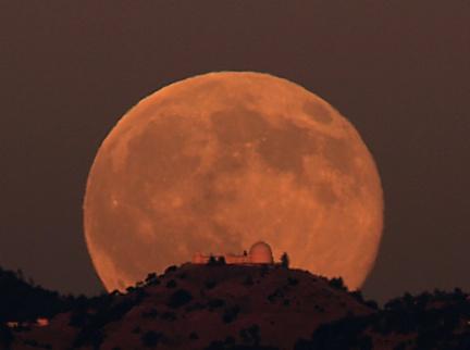 Wschód Księżyca nad Obserwatorium Lick - foto