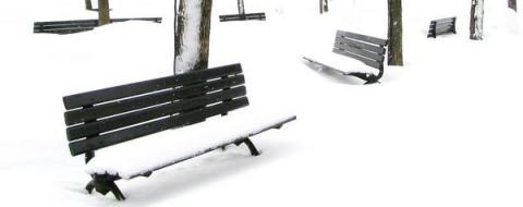 park, ławki zasypane śniegiem