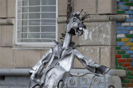 Koń w płaszczu, pomnik w Rubcowsku (matalowy)