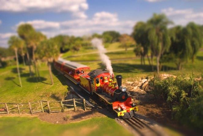 Pociąg w Busch Gardens. Tampa, Floryda, fałszywy tilt-shift